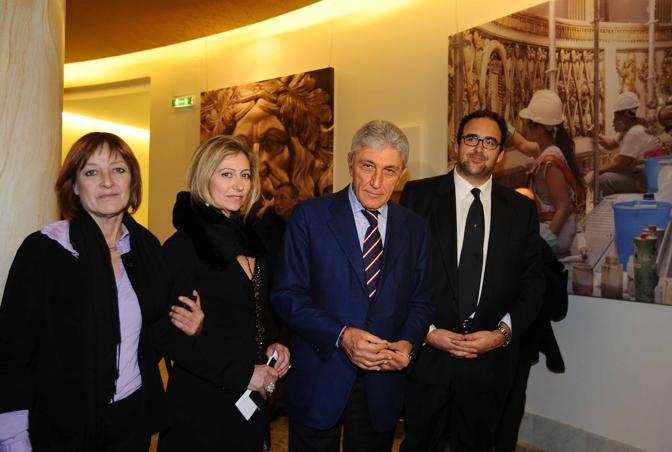Bassolino (secondo da destra) osserva il «nuovo» San Carlo