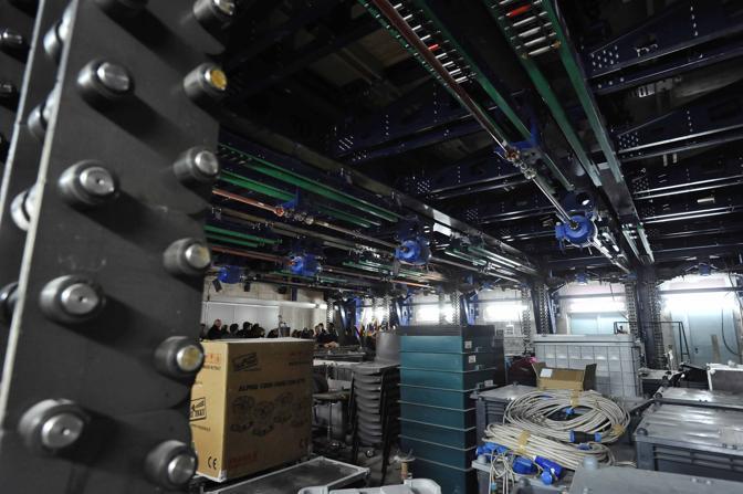 Il sottopalco. Entro il 2012, grazie a 50 milioni di euro stanziati dalla Regione Campania, il San Carlo sarà dotato di sale sotterranee di registrazione, di nuove scale e di un nuovo foyer sottostante lo splendido preesistente
