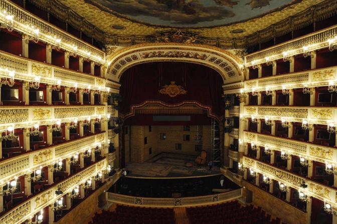 La sala appare così come la vide Stendhal la sera della sua seconda inaugurazione, il 12 gennaio 1817:   «... Non c'è nulla in tutta Europa, che non dico si avvicini a questo teatro, ma ne dia la più pallida idea. Gli occhi sono abbagliati, l'anima rapita ...».
