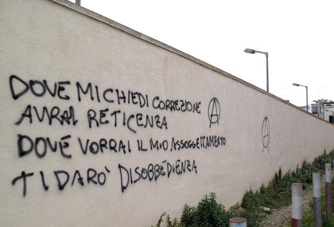 Le scritte contro la polizia sui muri del tribunale corrieredelmezzogiorno - Scritte sui muri di casa ...