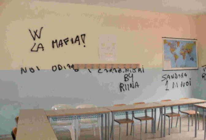 Sui muri di scuola l 39 inno ai casalesi corrieredelmezzogiorno - Scritte muri casa ...