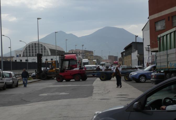 Muletti e rimorchi di traverso nel porto di Napoli: autobus, tir e auto bloccate con file che dallo scalo stanno paralizzando il centro di Napoli fino alla periferia. Con ricadute sino alle uscite autostradali verso la città.
