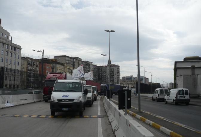 I lavoratori del Cantiere del Mediterraneo e quelli aderenti ai sindacati autonomi hanno bloccato ogni varco e arteria interna di collegamento