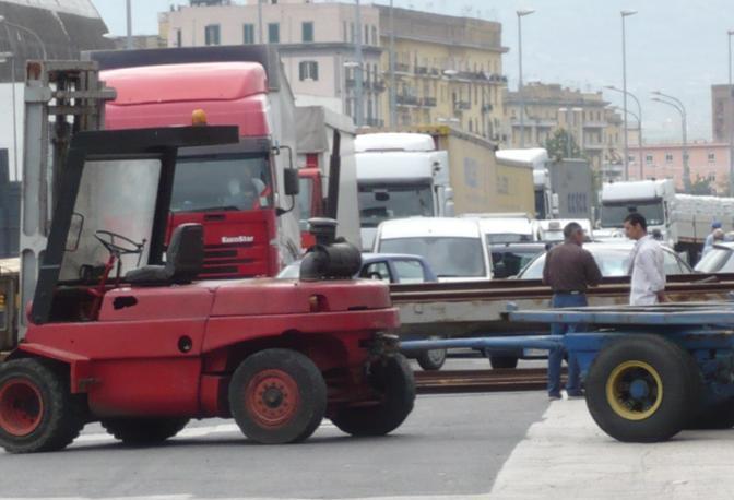 File di camion, la polizia non può che constatare la situazione