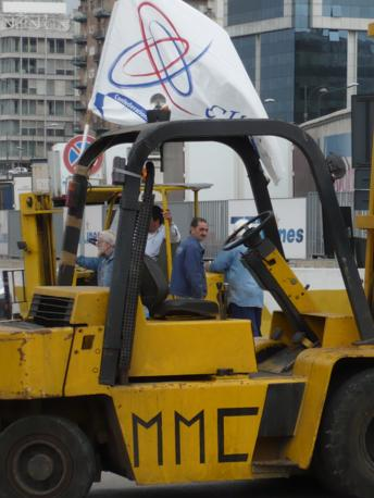 Il presidio dei lavoratori in piazzetta Pisacane, a metà strada tra il varco di accesso di via Marina e la sede dell'Autorità portuale