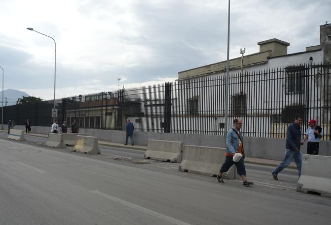 I dipendenti dell'autorità portuale e degli uffici ubicati nel porto di Napoli costretti a lasciare mezzi di trasporto privati per raggiungere a piedi il posto di lavoro