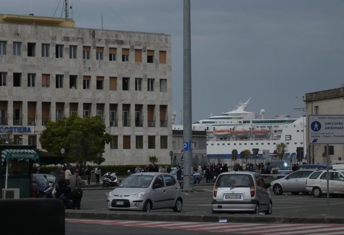 La protesta dei lavoratori dei Cantieri del Mediterraneo e degli aderenti alla Cisal agli ingressi del palazzo dell'Autorità portuale