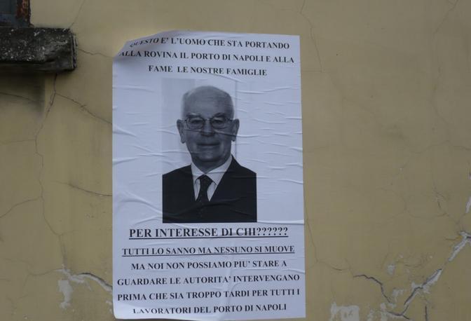 Il presidente dell'Autorità portuale finisce al centro del fuoco di fila delle proteste dei lavoratori. Il volto di Luciano Dassatti campeggia su manifesti in stile «Wanted» realizzati dai lavoratori e affissi su tutti i muri che percorrono il porto di Napoli