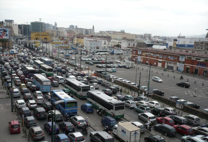 Via Cristoforo Colombo, chiusa la valvola di sfogo dello scalo commerciale e turistico il traffico impazzisce. La percorrenza di mezzi pesanti, autobus turistici e di linea si sposta sui tracciati del centro mandandoli in tilt fino agli imbocchi autostradali