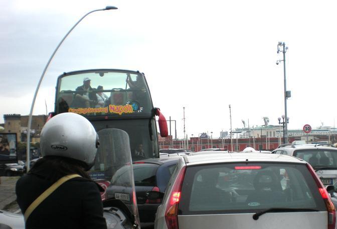 CitySightSeeing con vista traffico per gli sfortunati turisti capitati il giorno della protesta a bordo dei tradizionali mezzi a due piani