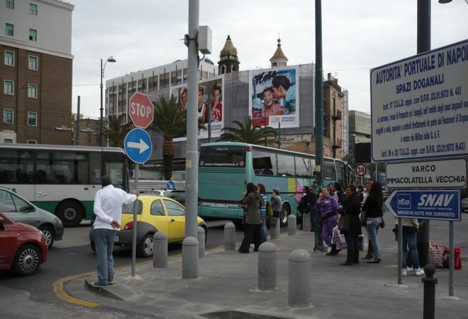 Sconsolata attesa dei pendolari che utilizzano usualmente gli stazionamenti dei bus all'interno del porto di Napoli