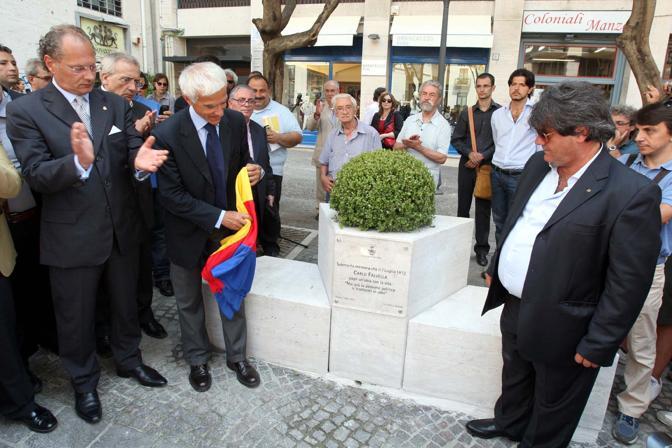 Salerno, inaugurazione della lapide in memoria di Carlo Falvella, il giovane missino ucciso nel 1972 dall'anarchico Marini