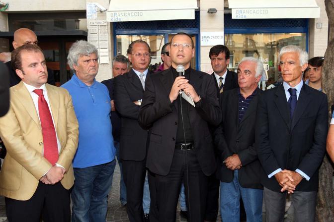 Anche il prete anticlan don Luigi Merola ha partecipato, a Salerno, all'inaugurazione della lapide in memoria di Carlo Falvella, il giovane missino ucciso nel 1972 dall'anarchico Marini