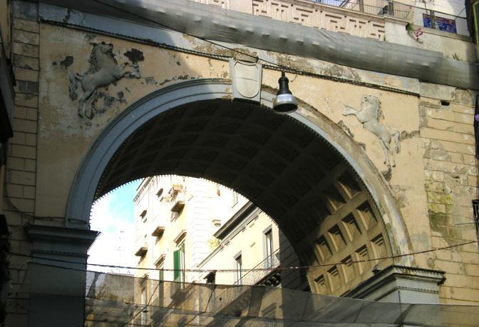 Ponte di chiaia a pezzi le foto corrieredelmezzogiorno for Ponte sopra i disegni del garage