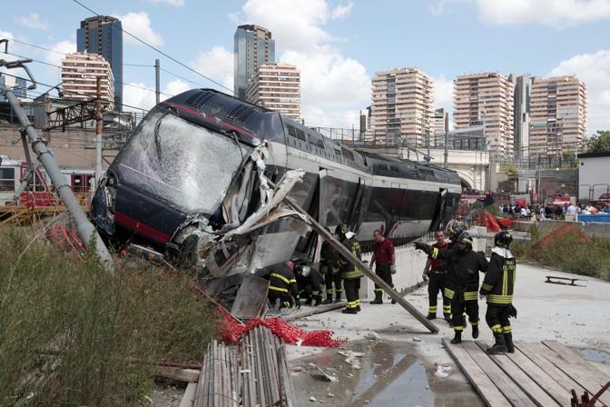 L'immagine terrificante del treno della Circum: alle spalle i palazzoni del Centro Direzionale (AP Photo/Franco Castanò)