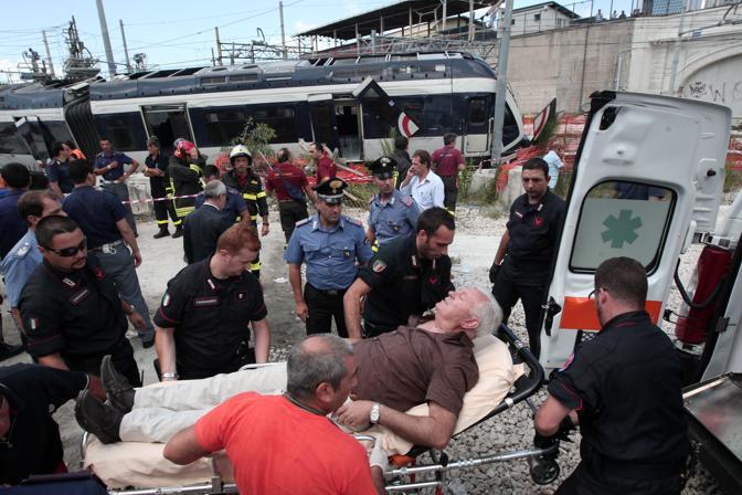 I feriti portati in ambulanza (AP Photo/Franco Castanò)