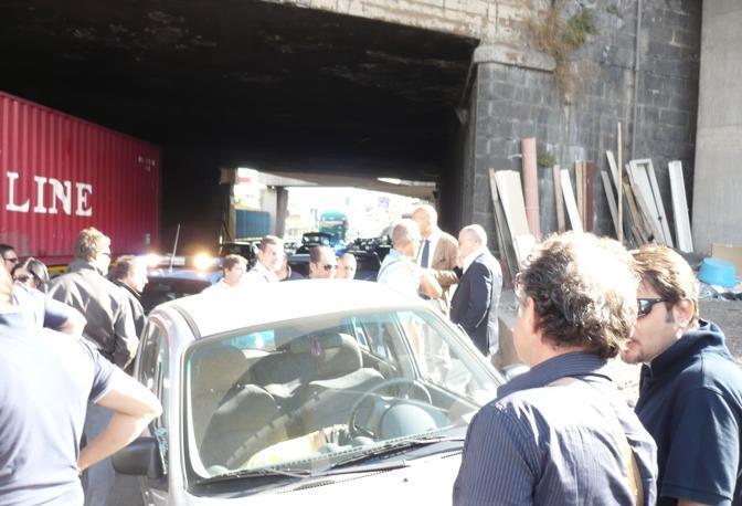Il corpo della donna, jeans e maglietta gialla, accasciato sul lato passeggero (Ph. S. Di Domenico)