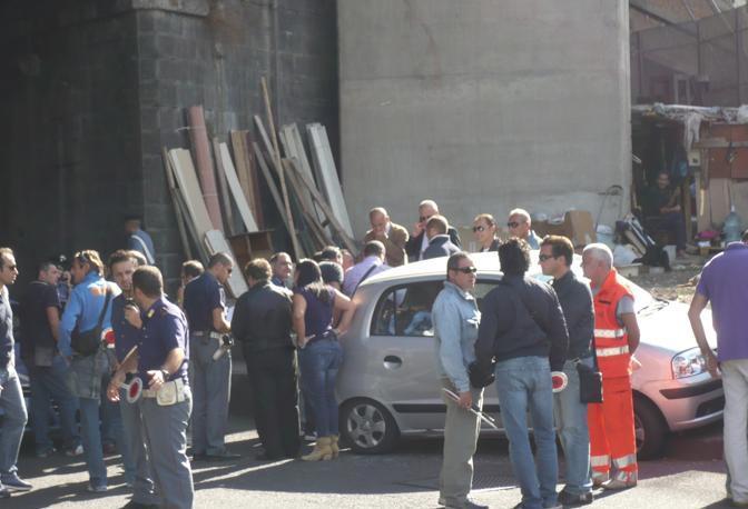Alle spalle della scena del crimine la baracca di un senza tetto ricavata sotto il cavalcavia (Ph. S. Di Domenico)