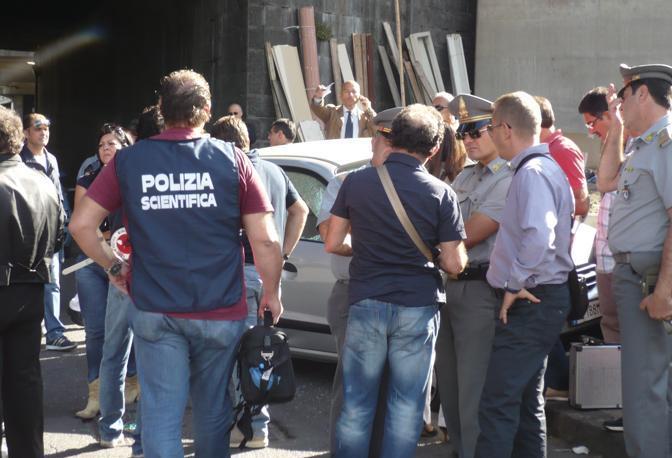 I rilievi della polizia scientifica sul luogo dell'agguato (Ph. S. Di Domenico)