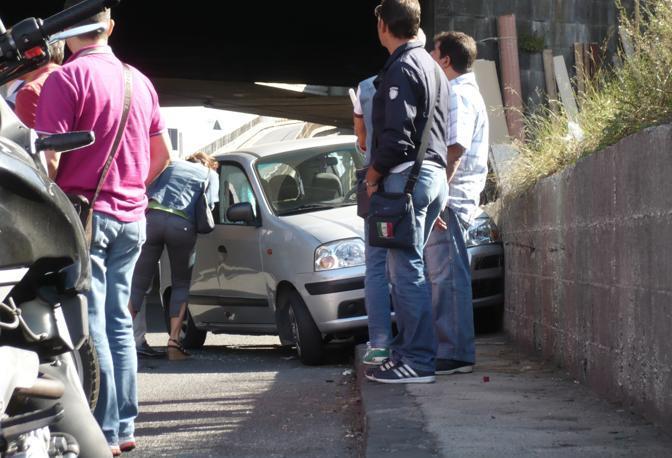 L'automobile della vittima finita contro un muro a bordo strada (Ph. S. Di Domenico)