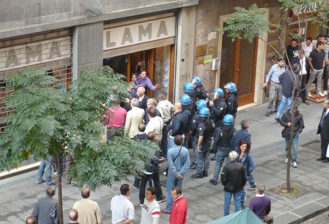 Gli agenti circondano un commerciante in via Cervantes che stava difendendo uno studente strattonato dagli uomini in divisa