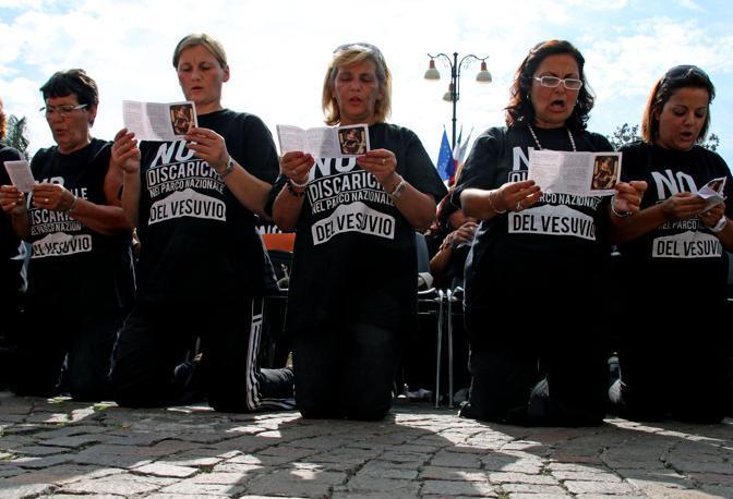 Le donne del Vesuviano ribattezzate mamme «vulcaniche» supplicano la Madonna. In processione da Boscoreale al Santuario di Pompei vestite a lutto per pregare contro l'apertura di una seconda discarica a Terzigno