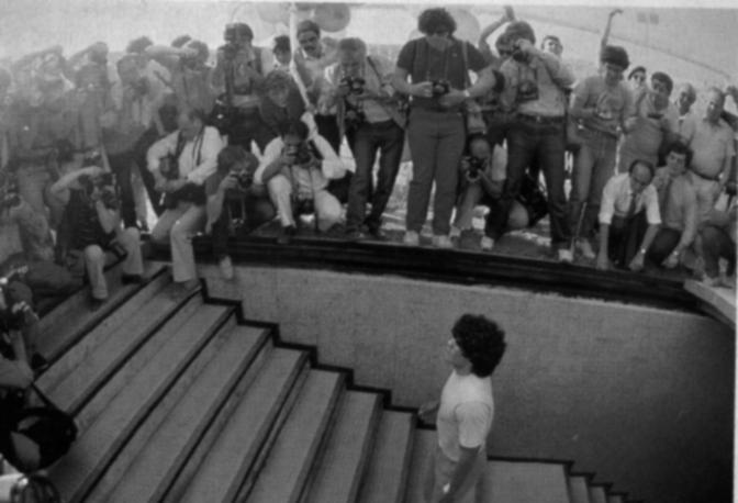 Diego Armando Maradona fa il suo primo ingresso al San Paolo. Era il 5 luglio 1984