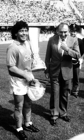 Ferlaino con Maradona e la coppa Uefa vinta nel 1989
