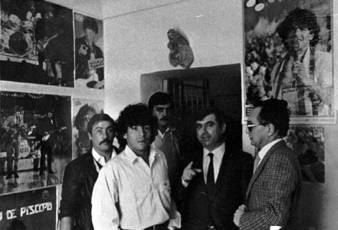 Luciano Sommella con Maradona al carcere minorile «Filangieri» di Napoli nel novembre del 1984