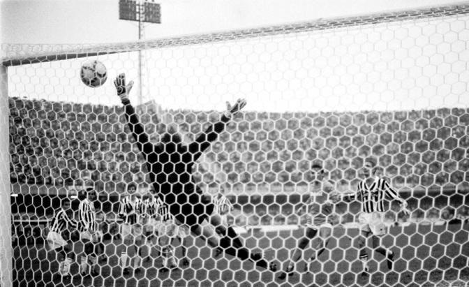 Napoli-Juve 1-0. Maradona insacca alle spalle di Tacconi. Fu ribattezzata la punizione impossibile