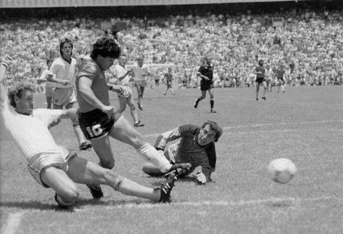 Maradona spinge in rete dopo aver superato Peter Shilton: è il gol del secolo, il secondo contro l'inghilterra nei quarti di finale del mundial in Messico nell'86