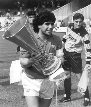 Maradona con la Coppa Uefa: è il 1989