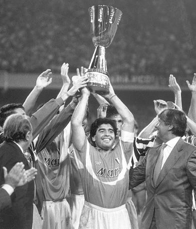 Maradona alza la Supercoppa italiana nell'agosto 1990