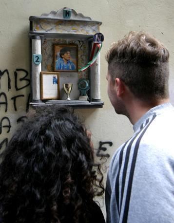 Cappella votiva dedicata a Maradona. Nell'edicola, realizzata da un bar del centro storico di Napoli, anche un «capello» originale del campione (Pressphoto)