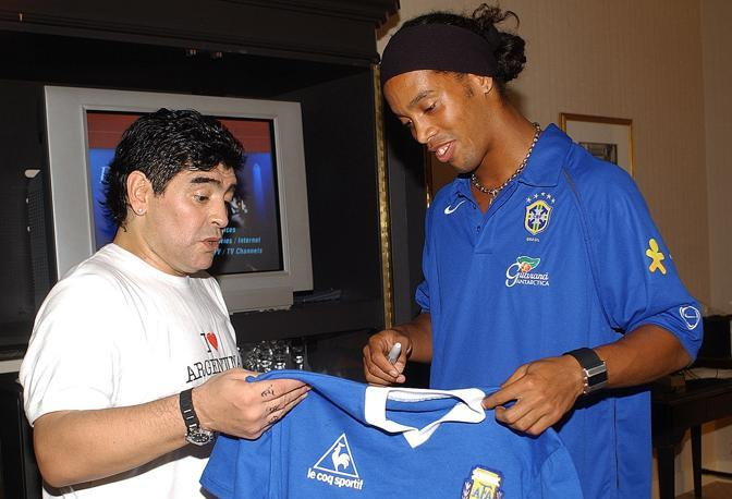 Con Ronaldinho (AFP PHOTO/NILTON SANTOS/CBF)