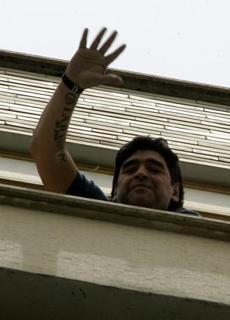 Diego saluta i fan a Napoli