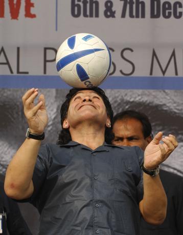 Diego Armando Maradona al Salt Lake Stadium di Kolkata ospite di un programma televisivo (Lapresse)