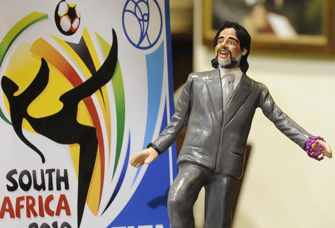 Il maestro di San Gregorio Armeno Genny Di Virgilio realizza la statuina di mister Diego Armando Maradona, ct dell'Argentina ai mondiali sudafricani (AP Photo/Franco Castanò )