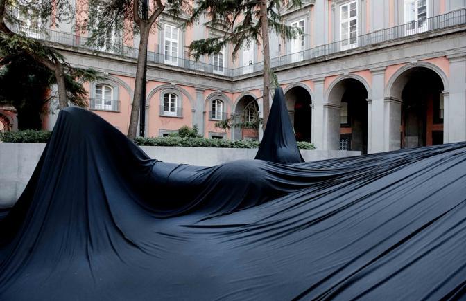 Il manto nero di paladino corrieredelmezzogiorno for Piani di palazzo con piscina coperta