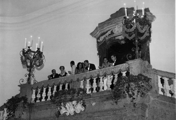 Invitati in cima allo scalone di palazzo Serra di Cassano
