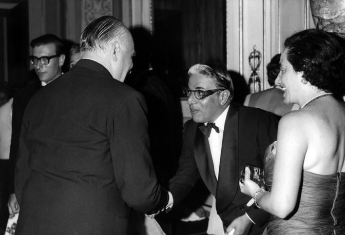 Armatore greco Aristotele Onassis stringe la mano al presidente del Comitato Internazionale Olimpico Avery Brundage