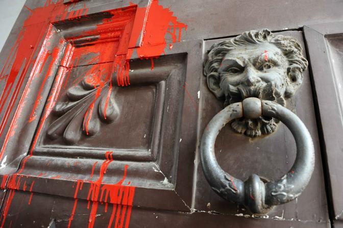 Vernice rossa sul palazzo degli industriali