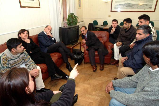 L'assessore Cozzolino incontra alcuni pakistani arrestati