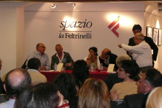 La concitata presentazione del libro di Marco Demarco «BassaItalia». Molti dei presenti contestarono Cozzolino (foto Federica Rispoli)