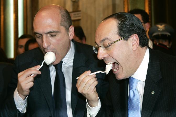 Andrea Cozzolino e il ministro dell Agricoltura Paolo De Castro mangiano mozzarella di bufala campana nel periodo dello scandalo diossina