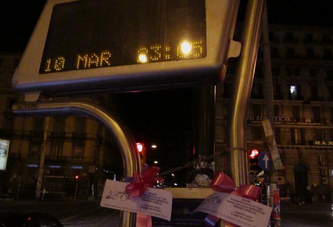 Napoli si è coperta di blu e rosa per festeggiare il nuovo aumento dei trasporti!
