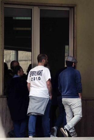 Ingresso pronto soccorso ospedale loreto mare con abulanza all 'ingresso i ragazzi militanti di destra