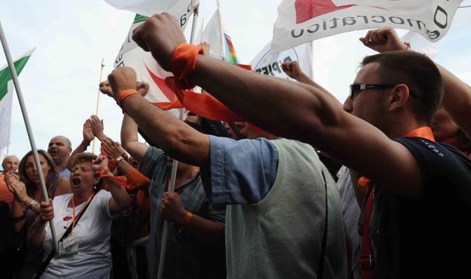 Sostenitori di de Magistris fuori via Caracciolo dopo aver saputo della vittoria (Pressphoto)