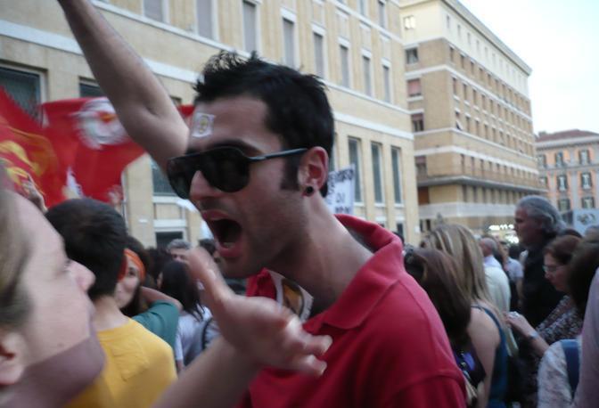 I primi manifestanti in piazza Municipio (ph. S. Di Domenico)