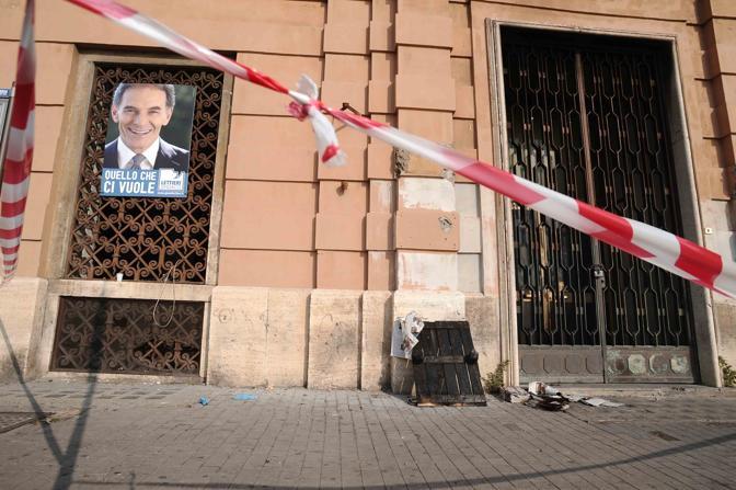 Il comitato elettorale di Lettieri a via Palepoli: ieri sera è stato dato alle fiamme da ignoti (Pressphoto)